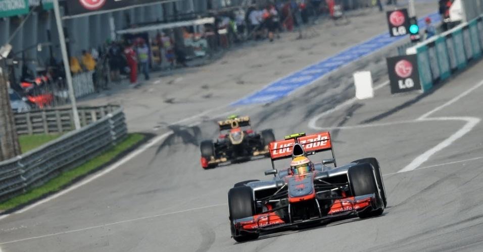 Lewis Hamilton deixa os pits em Sepang; inglês fez a pole na Malásia, a sua segunda da temporada