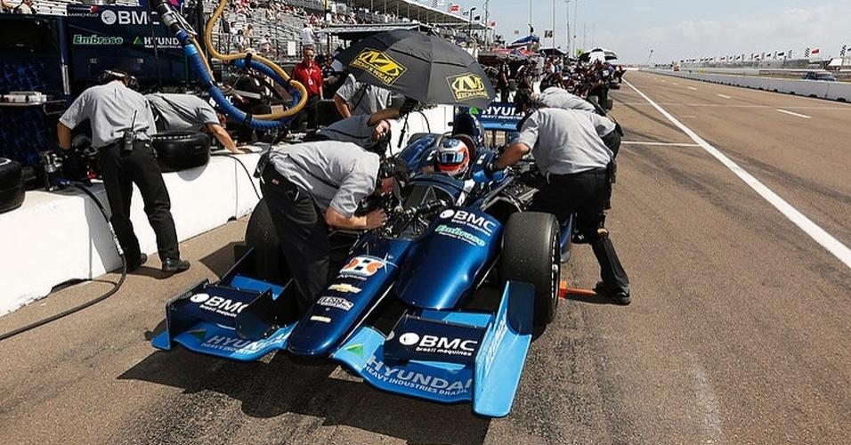 Mecânicos mexem no carro de Barrichello, que disse não estar satisfeito com sua posição de largada para a estreia na Indy