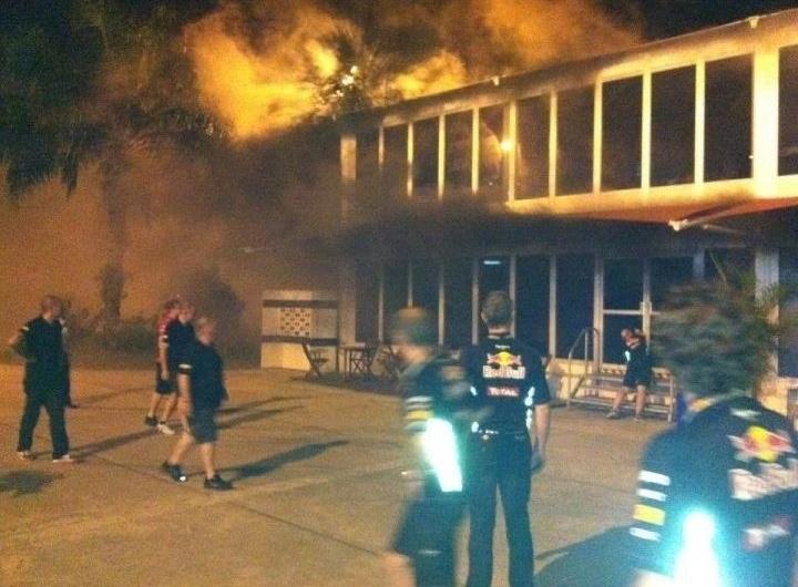 Membros de outras equipes observam incêndio nas instalações da Lotus em Sepang