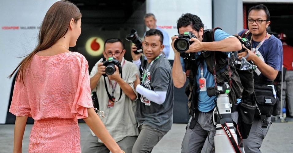 Namorada de Jenson Button, modelo Jessica Michibata causa frenesi de fotógrafos em Sepang