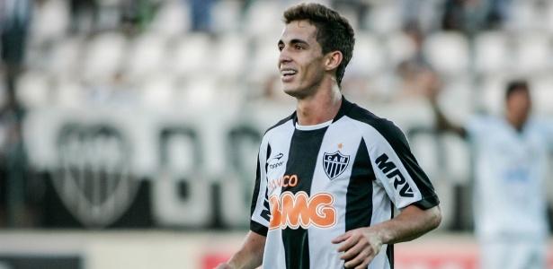 Cuca não quer ver Neto Berola reclamando da arbitragem, jogador está suspenso