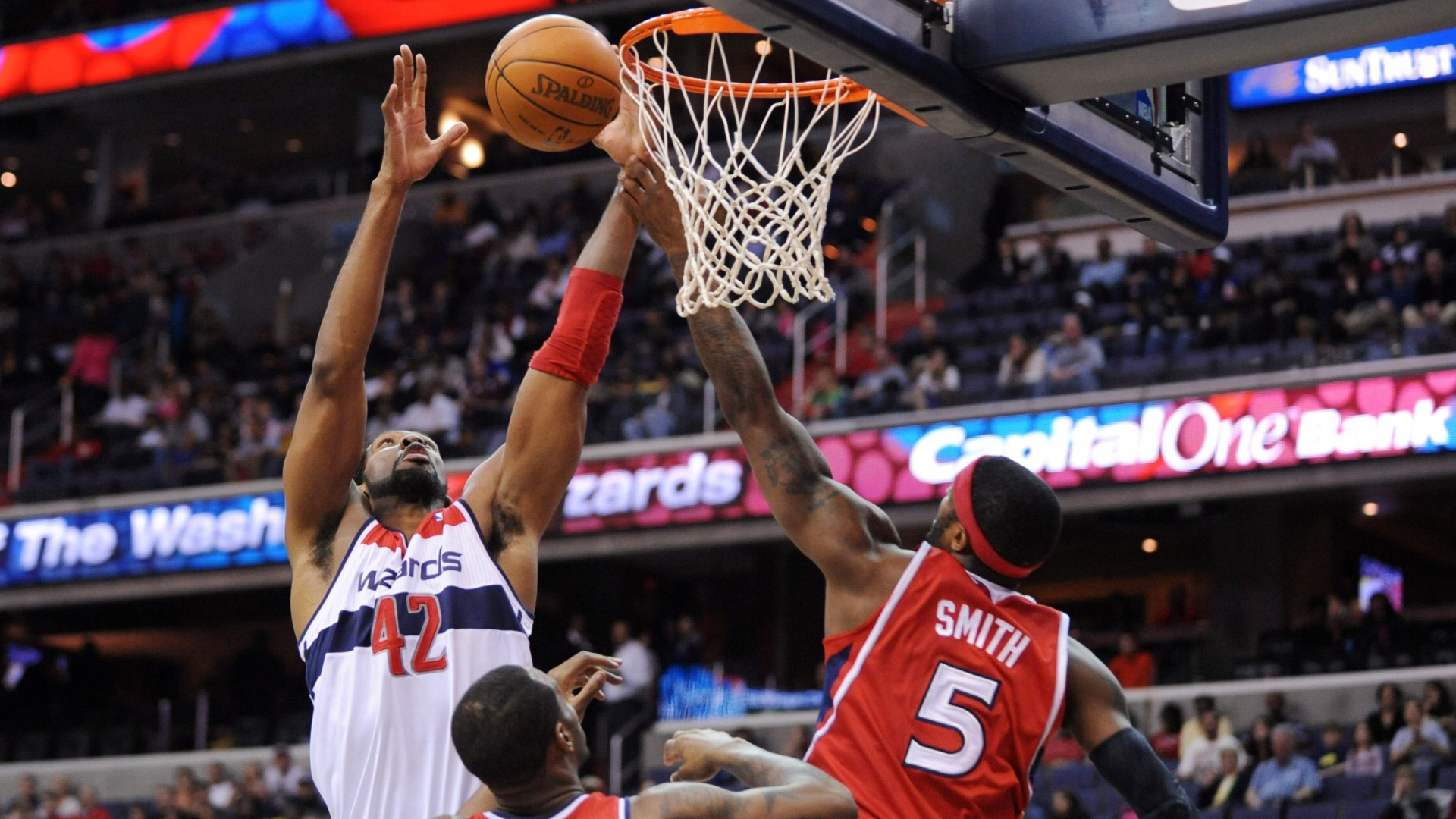 O brasileiro Nenê, do Washington Wizards, vence duelo pelo rebote com Josh Smith, do Atlanta Hawks