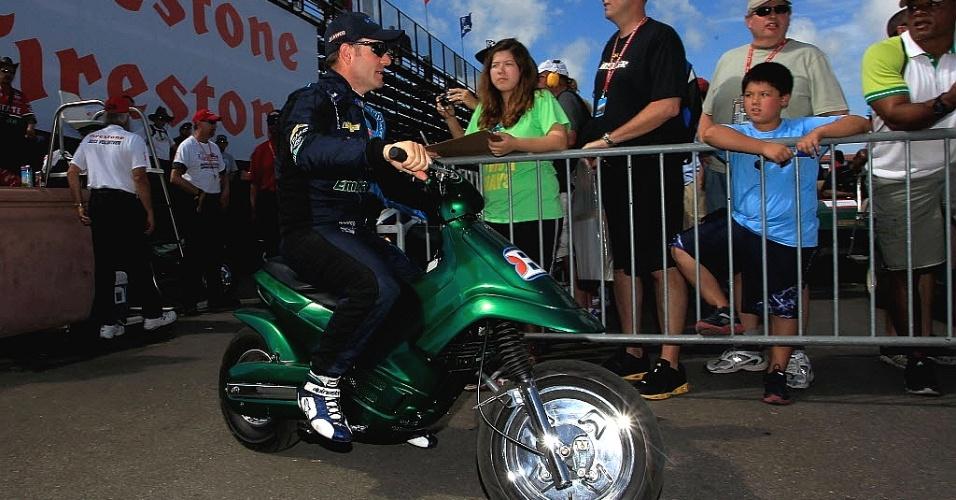 Rubens Barrichello anda de moto pelo paddock de São Petersburgo, local da abertura da F-Indy, neste fim de semana; brasileiro larga em 13º