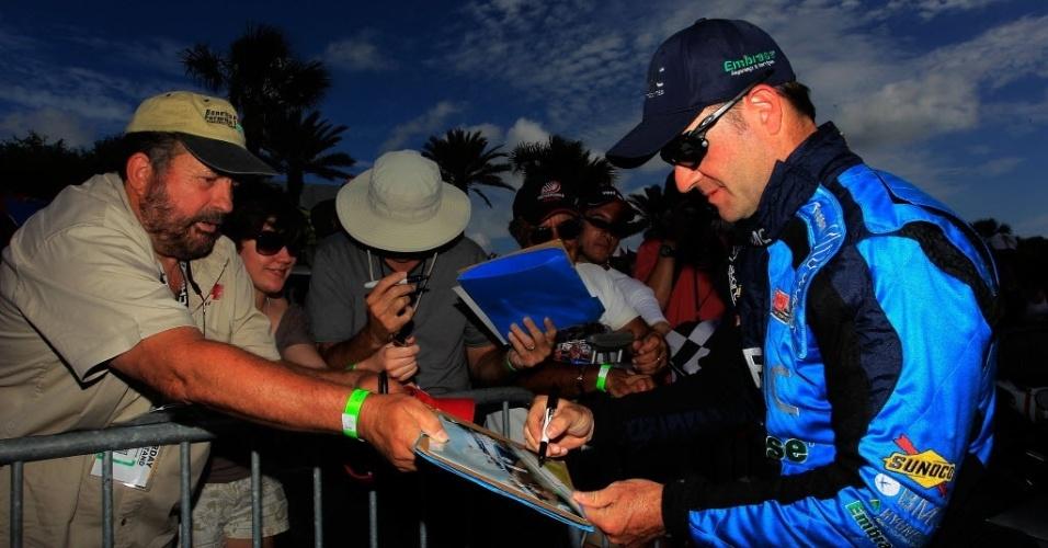 Rubens Barrichello atende seus fãs durante o dia de treino classificatório para a etapa de domingo, a primeira da Indy em 2012; ele larga em 13º