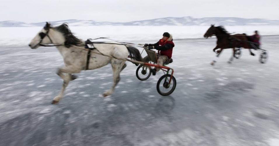 Russo comanda trenó puxado por cavalo durante uma tradicional competição amadora de corridas disputada sobre o lago Yenisei, congelado