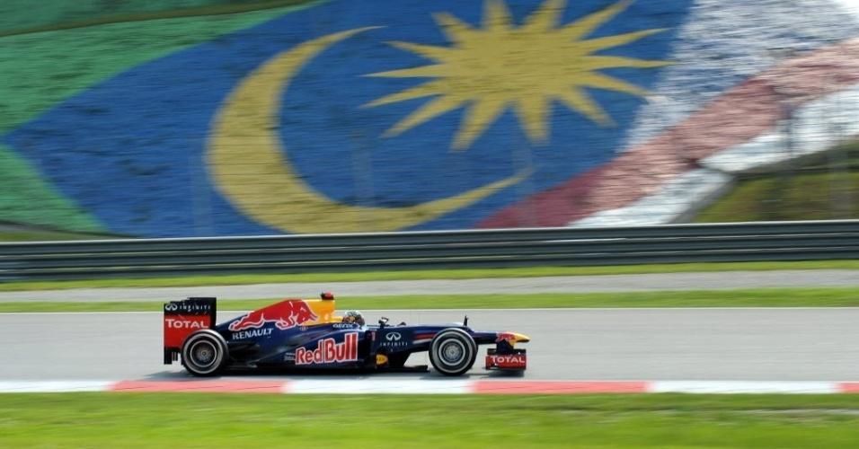 Sebastian Vettel passa em frente à bandeira da Malásia em Sepang; atual campeão vai largar em quinto lugar