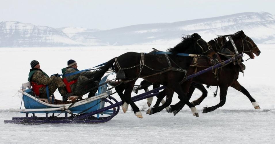 Trenó é puxado por três cavalos durante o 43º Ice Derby, na Rússia, competição tradicional no país e disputada sobre um rio congelado