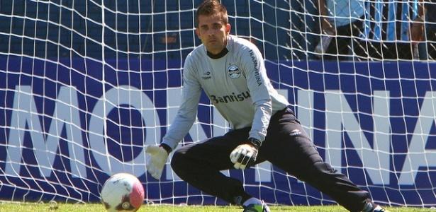 Victor defende arremate em treinamento do Grêmio neste sábado (24/03/2012)