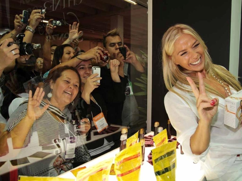 Adriane Galisteu prestigia a Hair Brasil 2012, feira de beleza e cabelos que acontece na Expo Center Norte em São Paulo (25/3/2012)