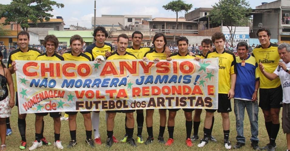 Atores prestam homenagem a Chico Anysio durante partida de futebol em Volta Redonda, estado do Rio (25/3/2012)