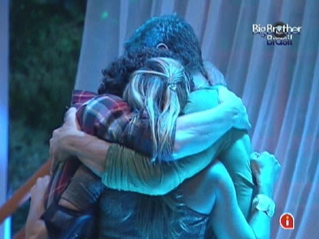 Brothers se abraçam e brindam os últimos dias de confinamento (25/3/12)