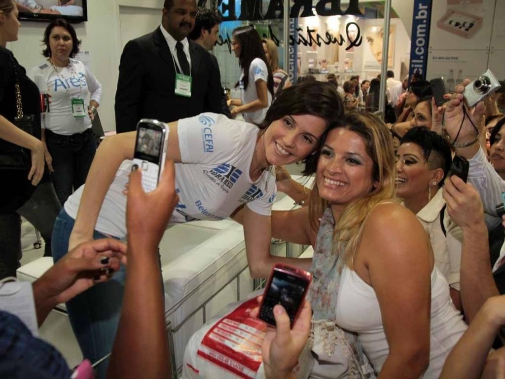 Deborah Secco prestigia a Hair Brasil 2012, feira de beleza e cabelos que acontece na Expo Center Norte em São Paulo (25/3/2012)
