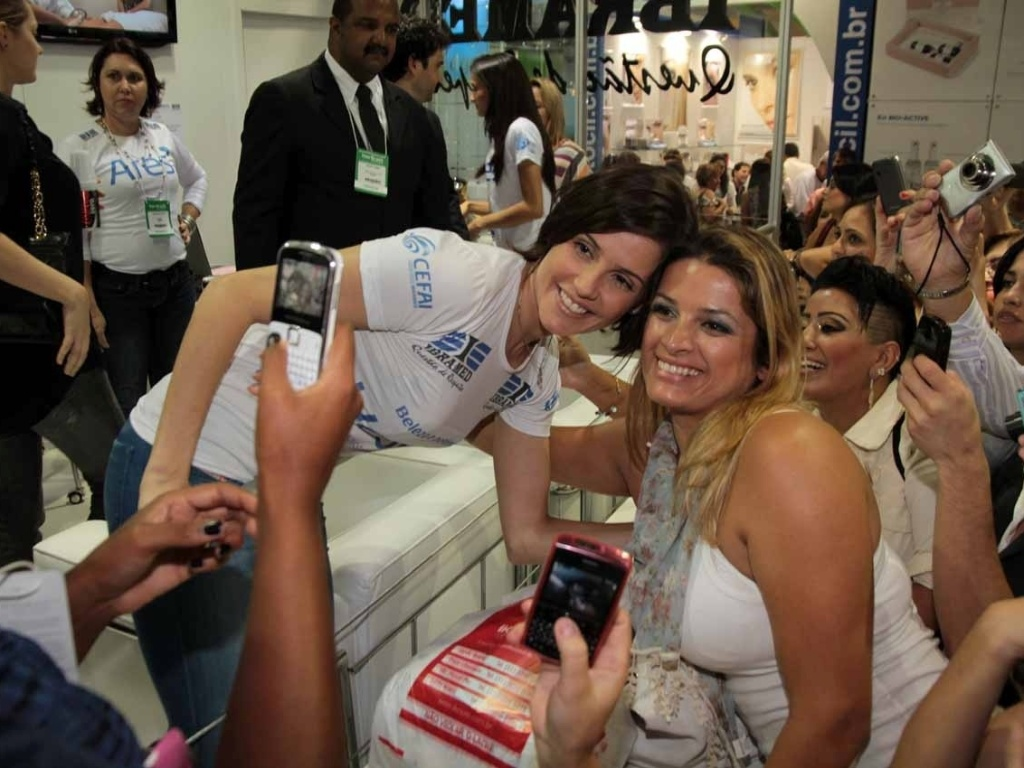 Deborah Secco prestigia a Hair Brasil 2012, feira de beleza que acontece no Expo Center Norte, em São Paulo (25/3/2012)