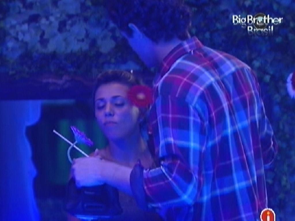 Durante a festa, Fael deu uma flor para Fabiana (25/3/12)