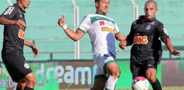 Emerson (dir.) acompanha lance entre Tiago Adan e Gil, no jogo entre Coritiba e Arapongas (25/03/2013)