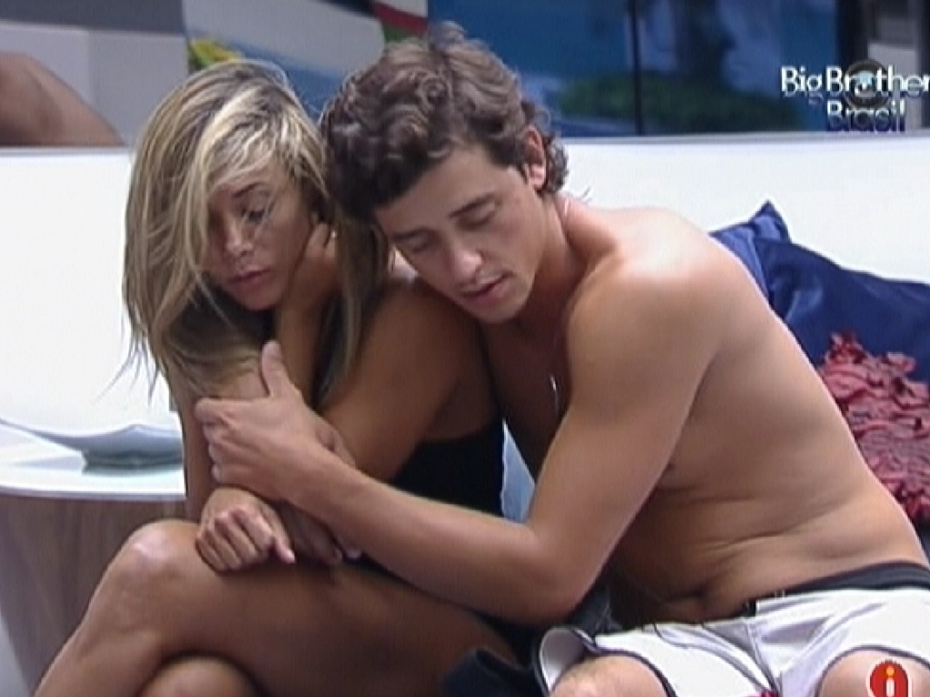 Fabiana e Fael se abraam ao acordar (25/3/12)