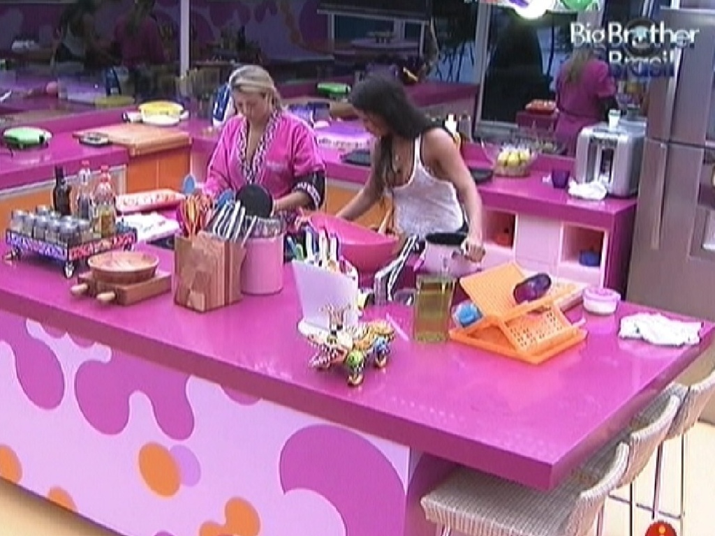 Fabiana e Kelly comeam a preparar o almoo deste domingo (25/3/12)