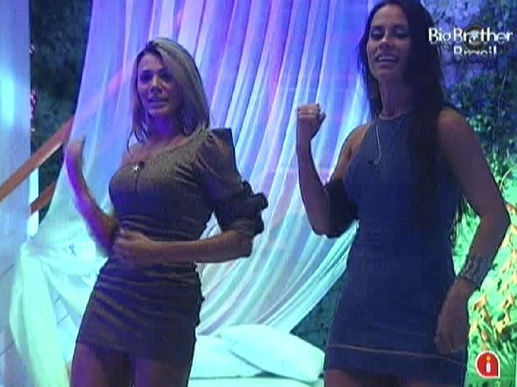 Fabiana e Kelly fazem coreografia em frente ao espelho (24/3/12)
