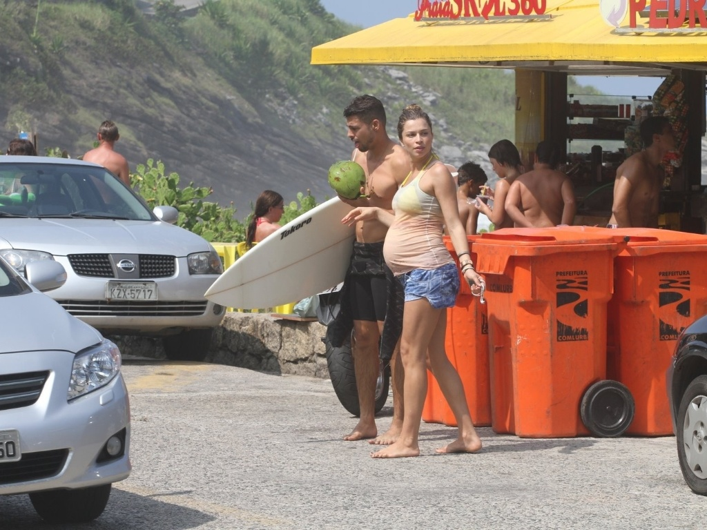 Grazi Massafera e Cau Reymond curtem praia na zona oeste do Rio (25/3/2012). A atriz est grvida do primeiro filho do casal
