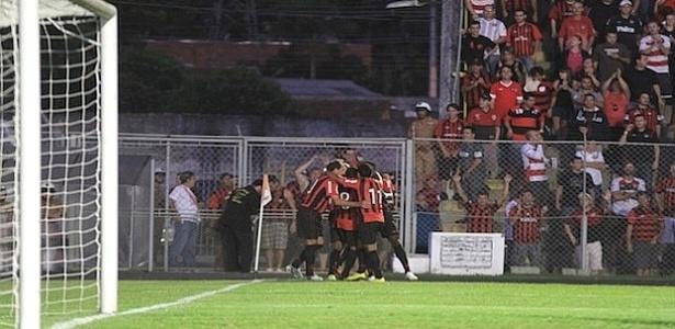 Jogadores comemoram gol do Atlético-PR sobre o Cianorte (25/12/2012)