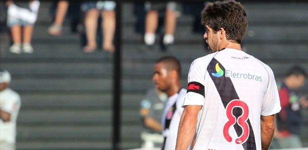 Juninho Pernambucano usa camisa com nome 