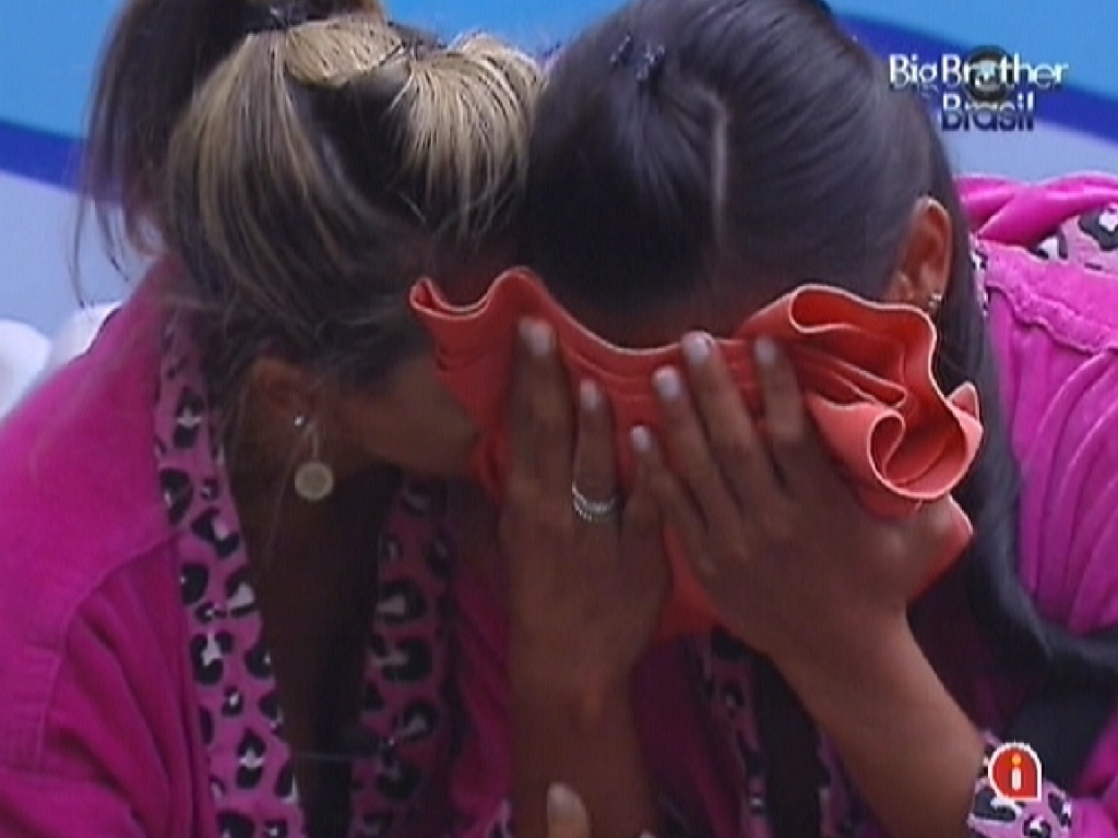 Kelly (dir.) chora abraçada a uma camiseta do pai e Fabiana (esq.) a consola (25/3/12)