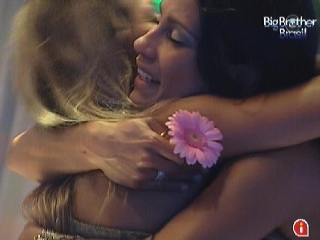 Kelly e Fabiana se abraçam durante festa na Selva (25/3/12)