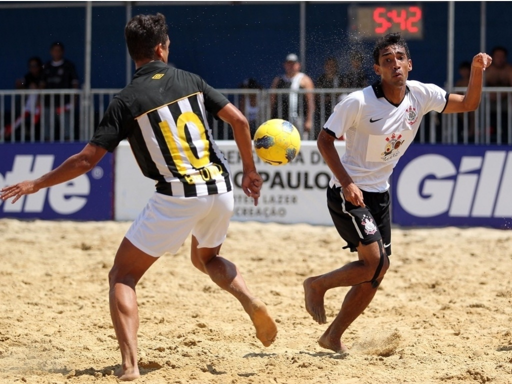 Lance da final do campeonato brasileiro de beach soccer entre Corinthians e Santos