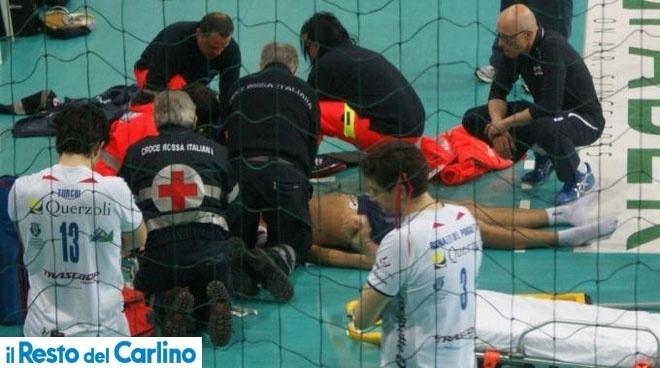 Médicos tentam reanimar Vigor Bovolenta após jogador de vôlei sofrer mal súbito em quadra durante um jogo da quarta divisão do Campeonato Italiano; meio de rede não resistiu e morreu (24/03/2012)