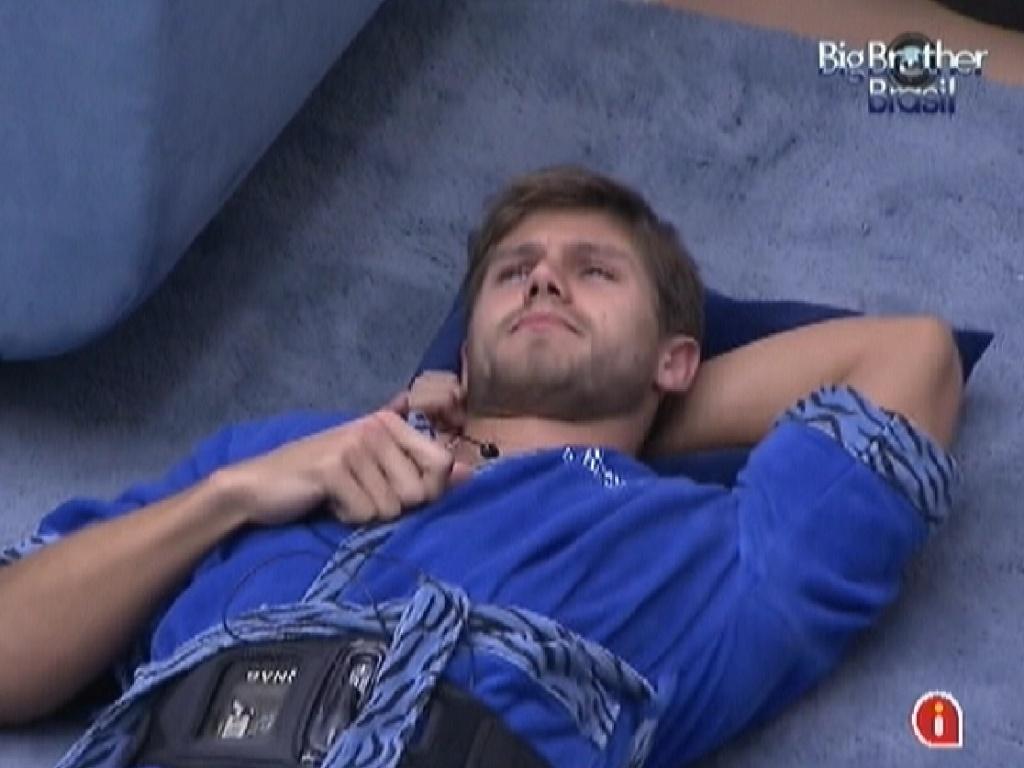 Pensativo, Jonas se deita no chão na sala na manhã deste domingo (25/3/12)