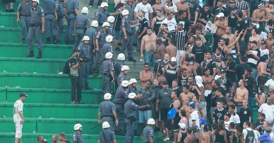Polícia Militar entra em ação após conflito entre torcedores do Corinthians (25/3/2012)