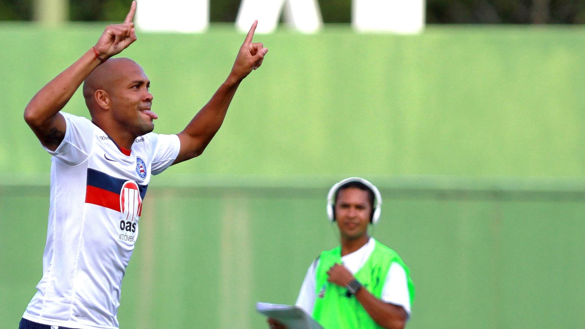 Souza comemora um dos gols que marcou na goleada do Bahia contra o Itabuna pelo Campeonato Baiano
