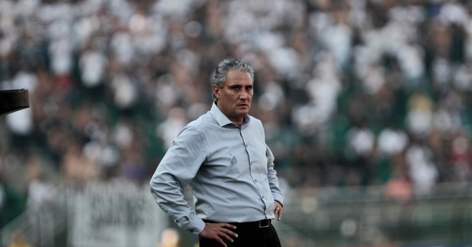 T&#233;cnico Tite observa lance de jogo no cl&#225;ssico entre Corinthians e Palmeiras (25/03/2012)