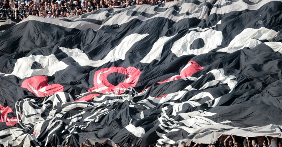 Torcida do Corinthians abre bandeira e faz a festa no Pacaembu (25/03/2012)