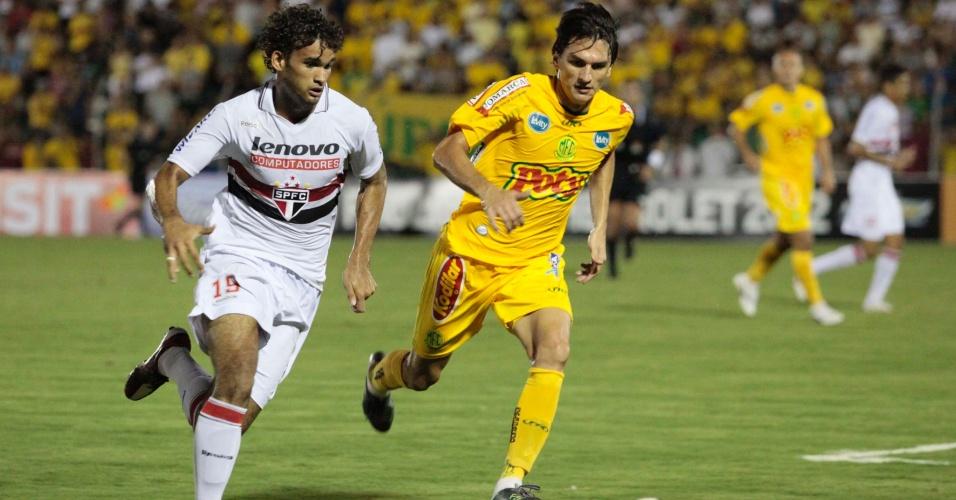 Willian José tenta passar marcação em duelo contra o Mirassol pelo Paulistão