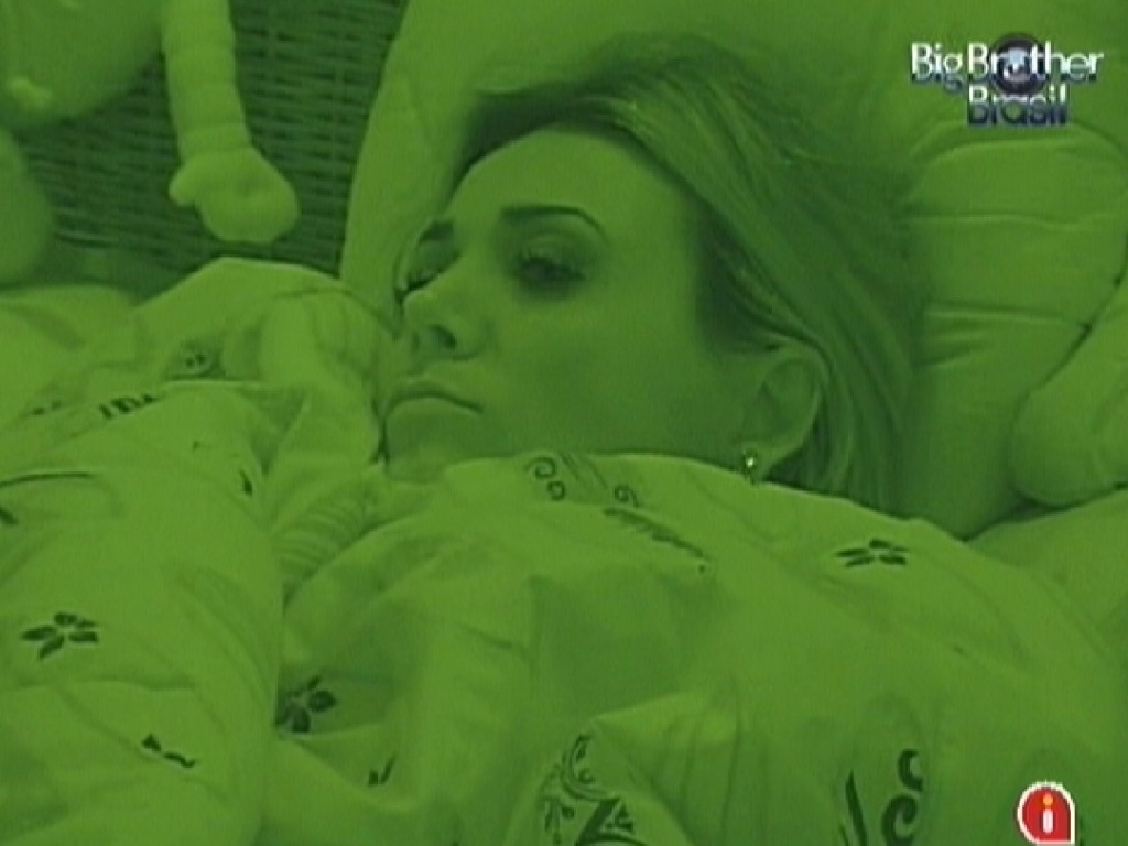 Aps eliminao de Kelly, Fabiana est pensativa no quarto Praia (26/3/12)