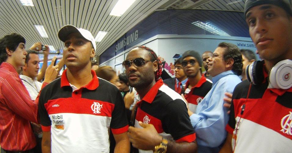 Deivid, Vagner Love e Ronaldinho recebem assédio durante desembarque no Paraguai (26/03/2012)