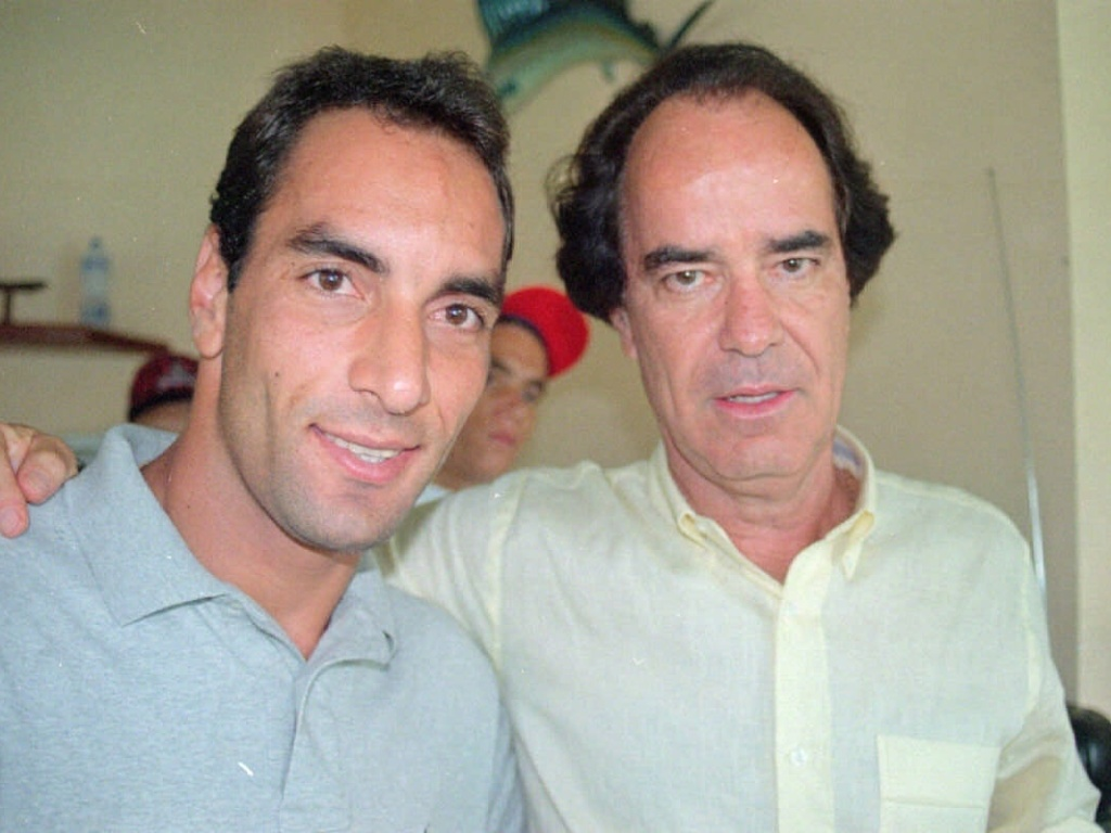 Edmundo e Antonio Lopes posam juntos para foto em 1997