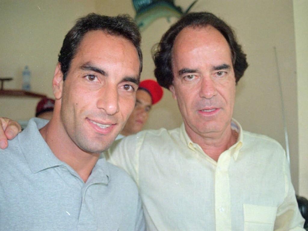 Edmundo e Antonio Lopes posam juntos para foto em 1997