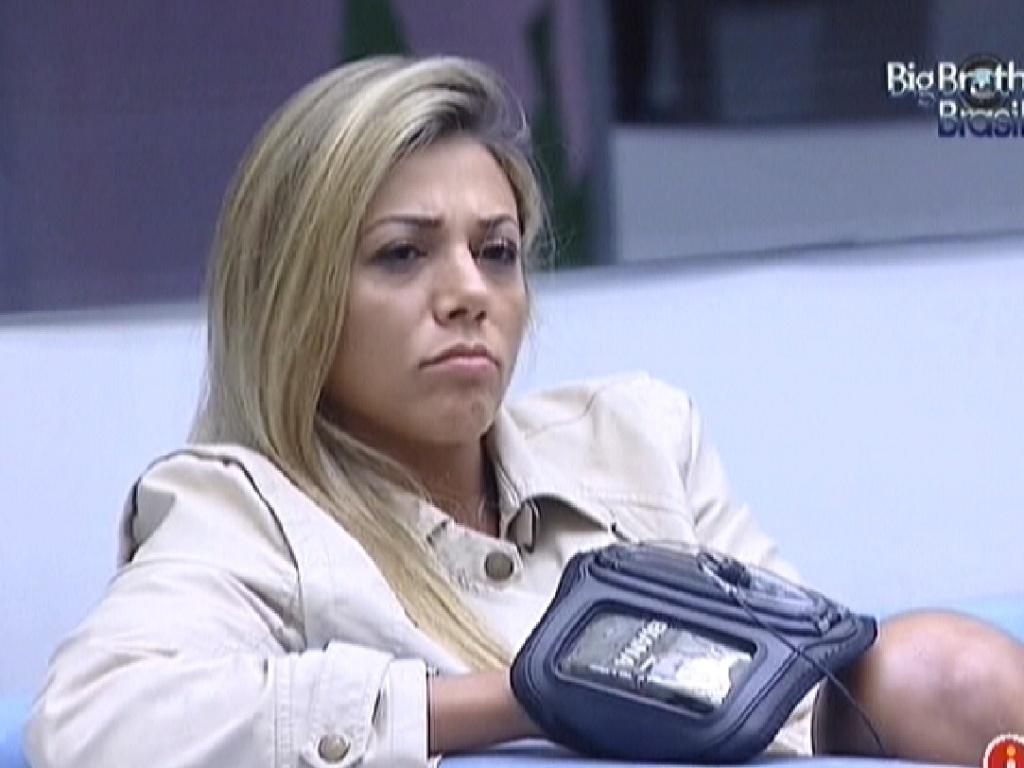 Fabiana assiste aos videoclipes na sala (26/3/12)