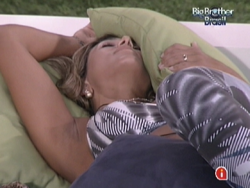 Fabiana descansa deitada no futon (26/3/12)