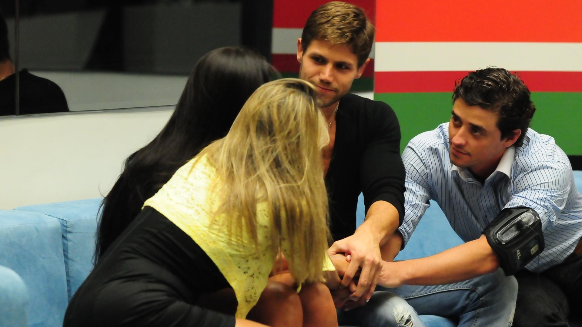 Fabiana, Kelly, Jonas e Fael são os quatro últimos integrantes do quarto Praia (25/3/12)