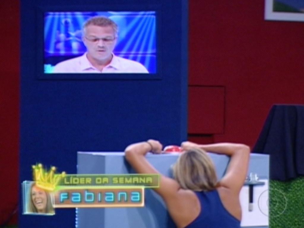 Fabiana se agacha na bancada ao ouvir de Pedro Bial que é a primeira finalista do programa (26/3/12)
