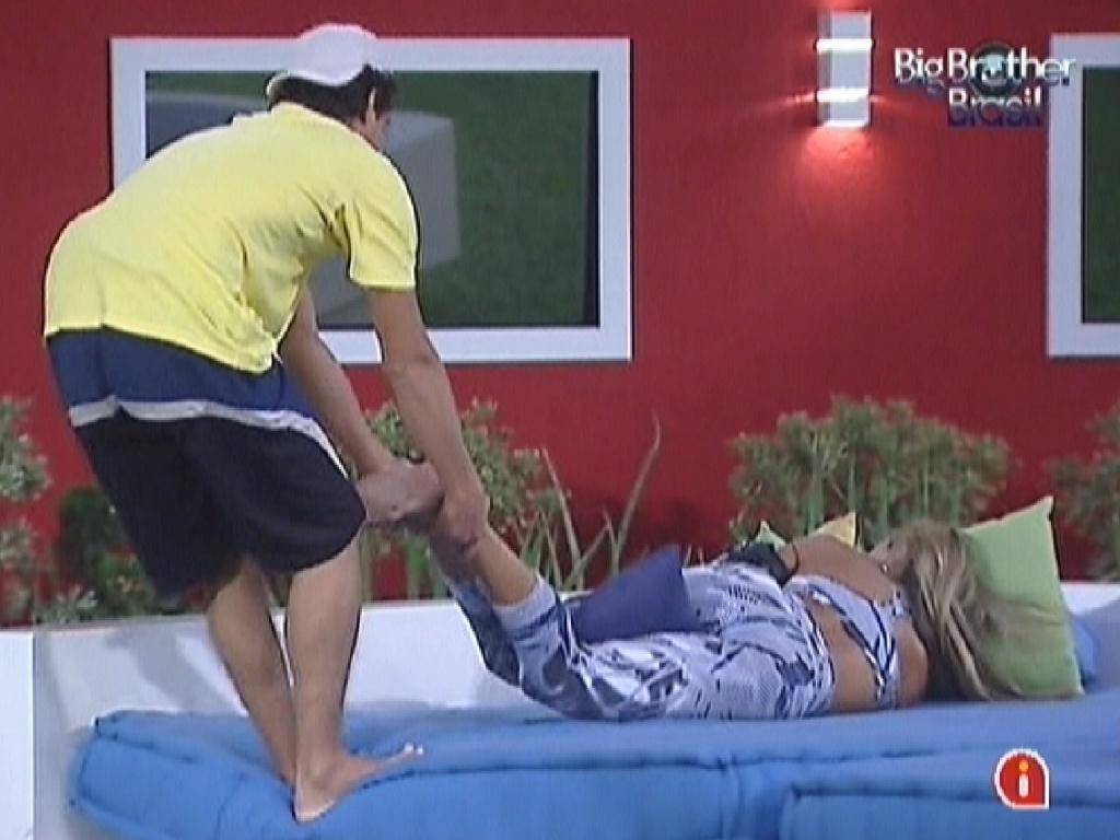 Fael puxa Fabiana pelas pernas para tentar acordá-la (26/3/12)