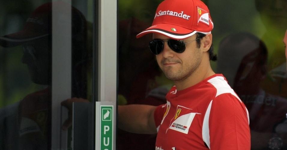 Felipe Massa caminha no paddock em Sepang