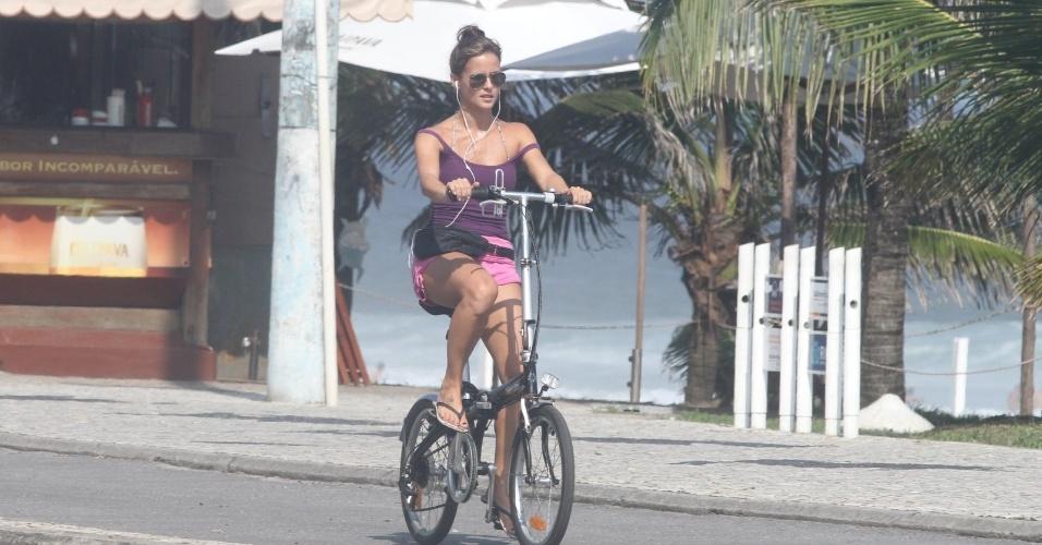 Fernanda de Freitas anda de bicicleta pela orla da praia da Barra da Tijuca, zona oeste do Rio (26/3/2012)