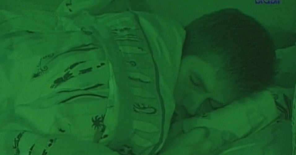 Jonas dorme no quarto Praia aps voltar de paredo (26/3/12)