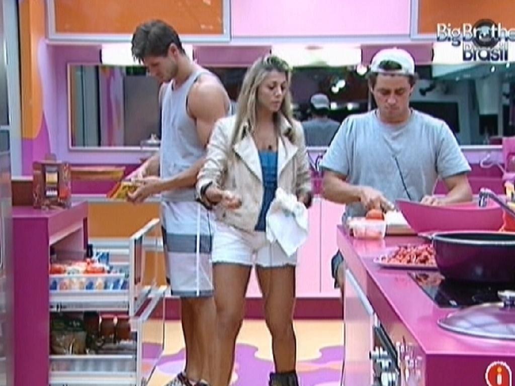 Jonas, Fabiana e Fael preparam o almoço (26/3/12)