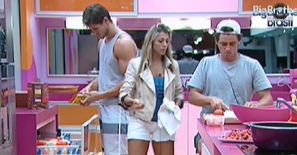 Jonas, Fabiana e Fael preparam o almoo (26/3/12)