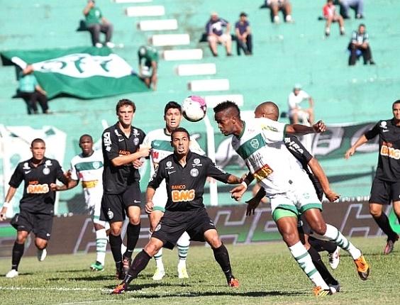 Lance do jogo entre Arapongas e Coritiba, pelo Paranaense (25/03/2012)